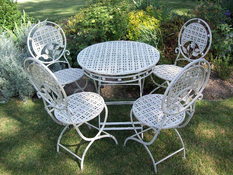 Tavoli e sedie da giardino in ghisa for Coprisedia bianco ikea